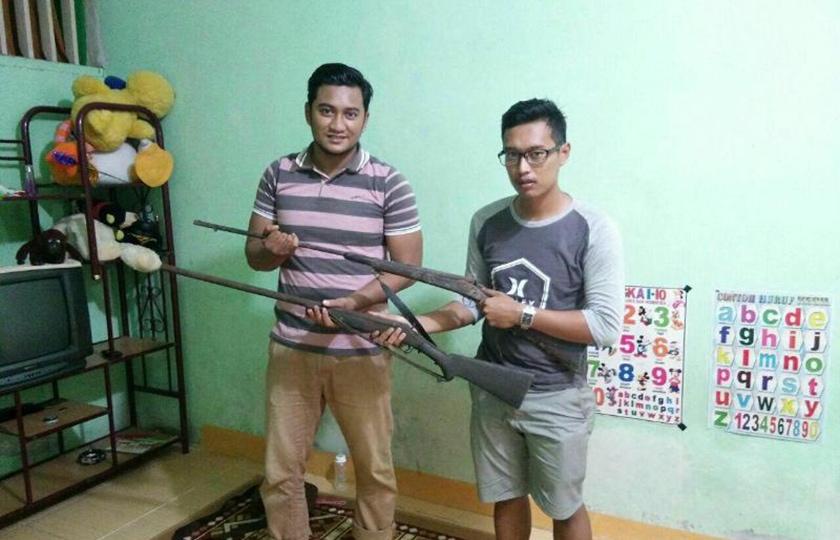 Dua Senpi Rakitan Diserahkan Warga Secara Sukarela Kepada TNI