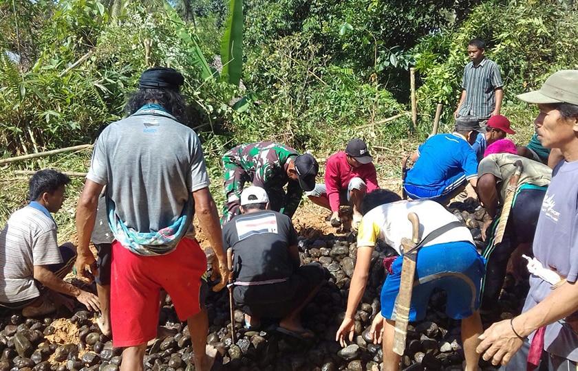 Bersama Warga, Babinsa Kerja Bakti Perbaiki Gorong-Gorong