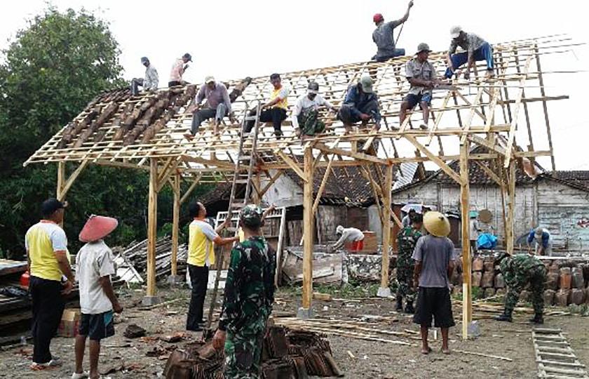 TNI/Polri Bersama Warga Bangun Rumah Korban Kebakaran