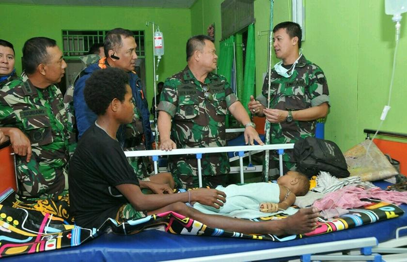 Satgas Kesehatan TNI Bersama Kemenkes RI Obati Warga Asmat