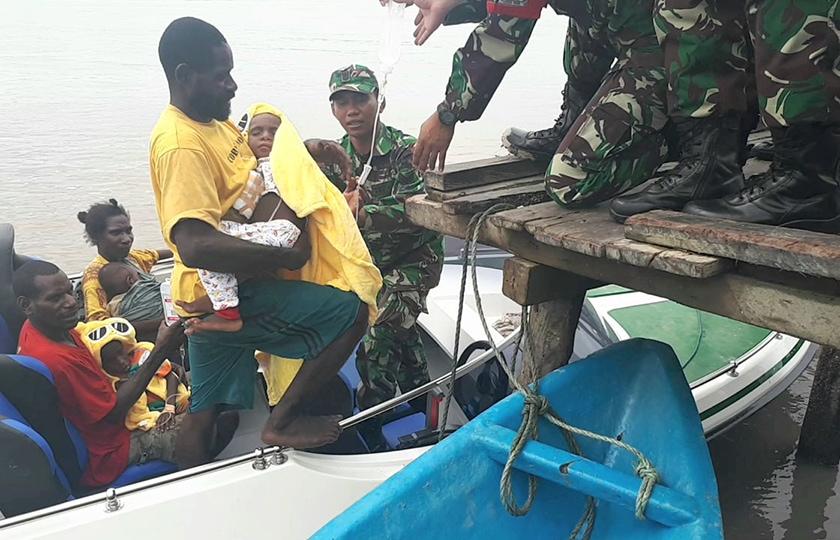 Satgaskes TNI Evakuasi Adam dan Eva Dari Distrik Sawa Erma