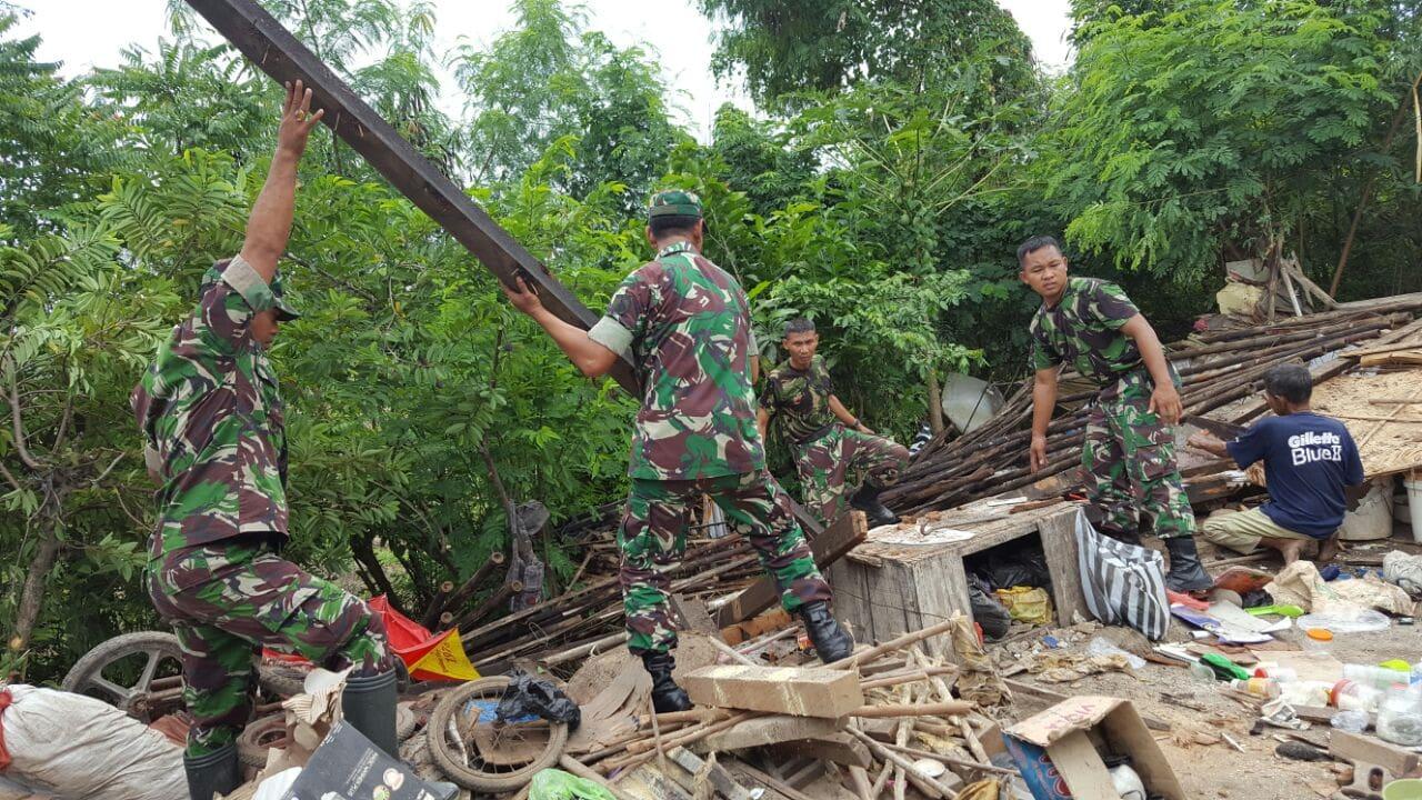 Prajurit TNI Bantu Evakuasi Rumah Warga yang Runtuh