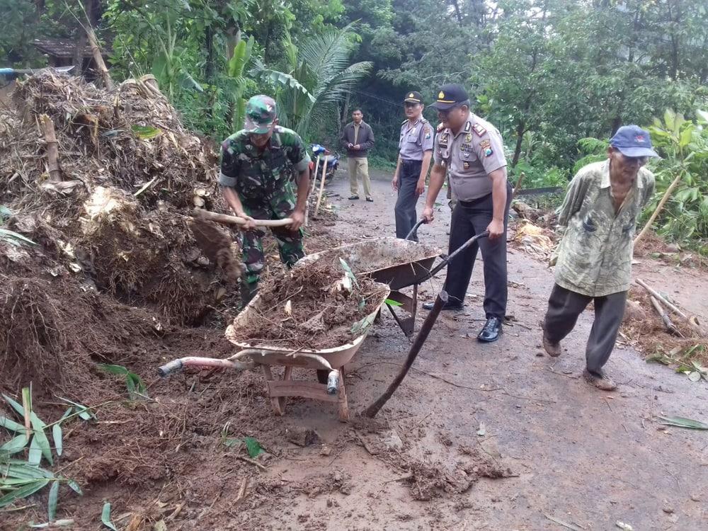 Prajurit TNI dan Polri Kerja Bakti Buka Kembali Jalur Transportasi Desa