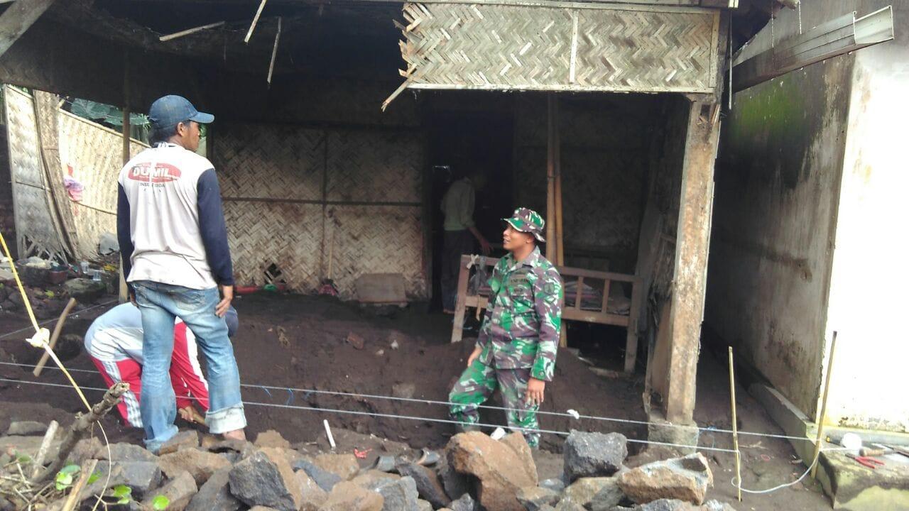 TNI Bersama Masyarakat Bantu Rehab Rumah Warga