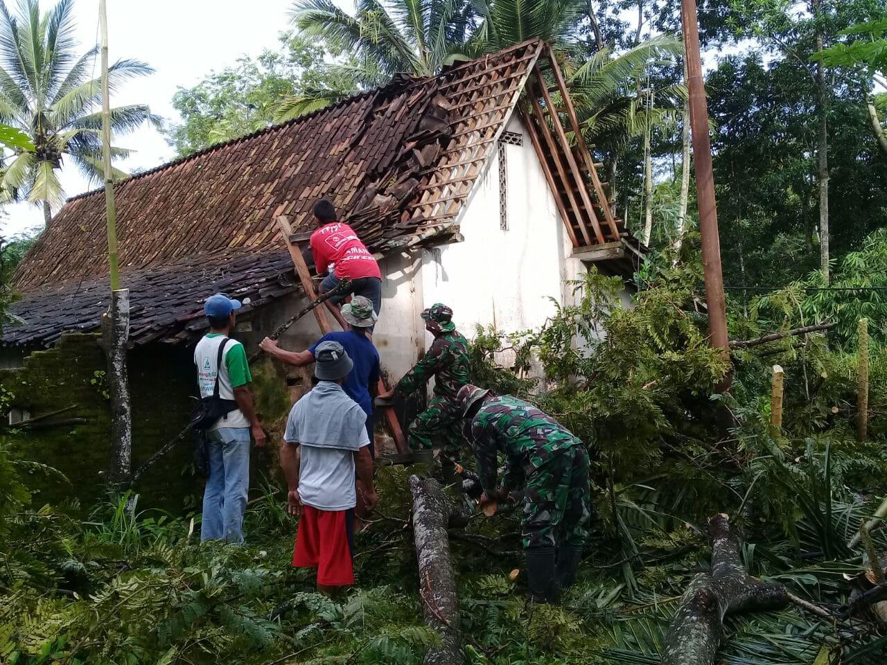 Bersama Warga, Koramil Srumbung Perbaiki Rumah Tertimpa Pohon