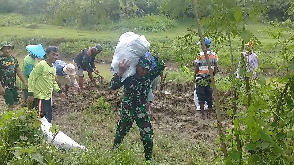 TNI dan Warga Lakukan Normalisasi Tanggul Sungai Ciapit Kersana