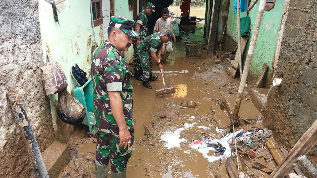 Prajurit Kodam Jaya Bersihkan Rumah Warga Korban Banjir