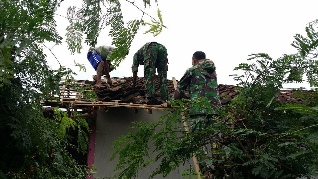TNI Bersama Warga Perbaiki Puluhan Rumah Rusak Akibat Puting Beliung
