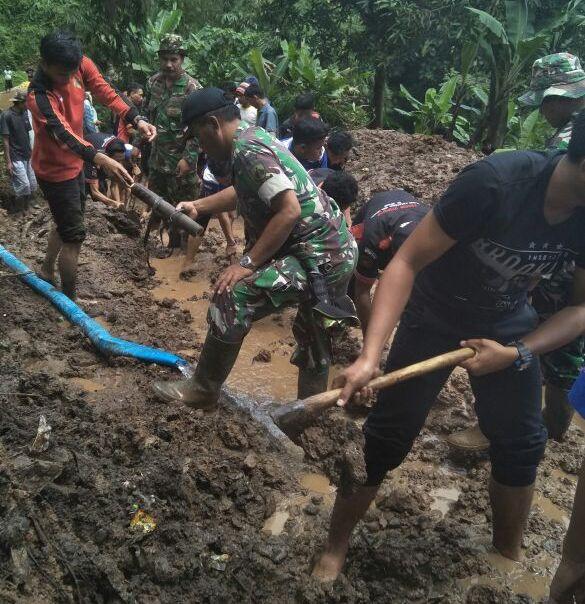 TNI bersama Warga Bersihkan Jalan Pasca Longsor di Marenggeng