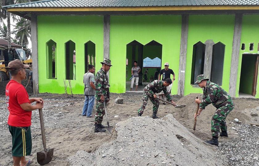 Koramil Badar Bersama Masyarakat Karya Bakti Pembersihan Masjid