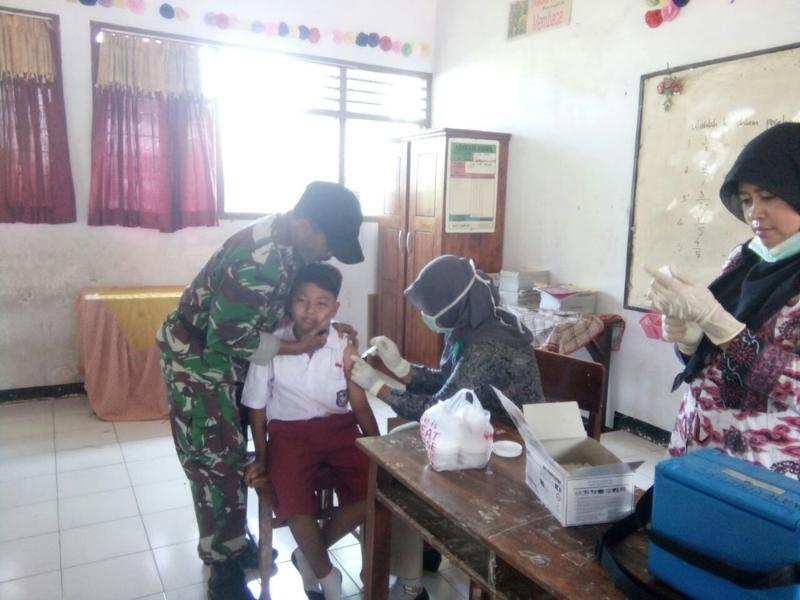 Babinsa Terjun Langsung Berikan Imunisasi Difteri