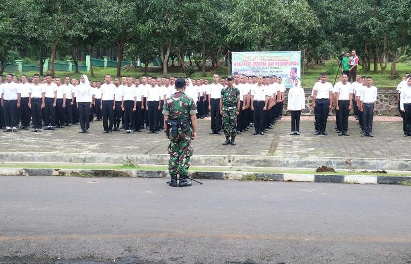 Prajurit Kostrad Latih Kedisiplinan Siswa SMKN 3 Bondowoso