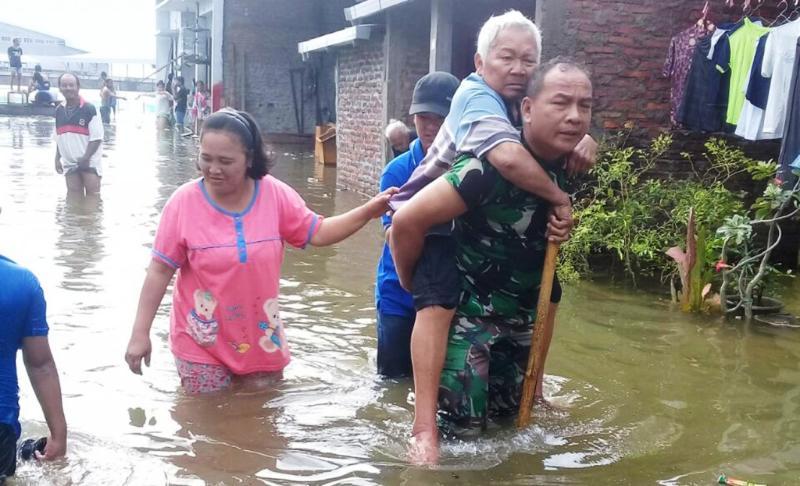 Prajurit TNI Bantu Evakuasi Korban Banjir di Sayung