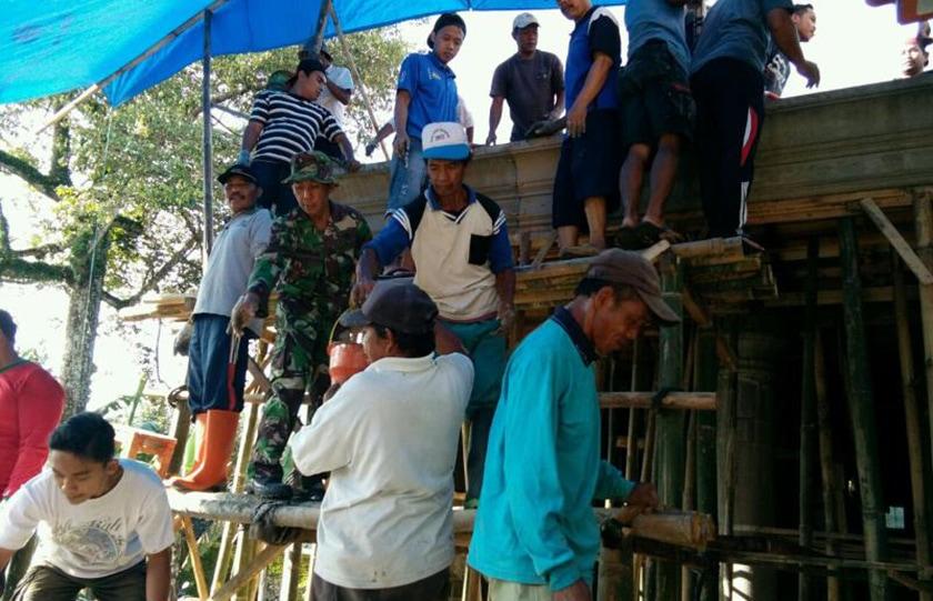 Prajurit TNI Bantu Pengecoran Pembangunan Madrasah Diniyah