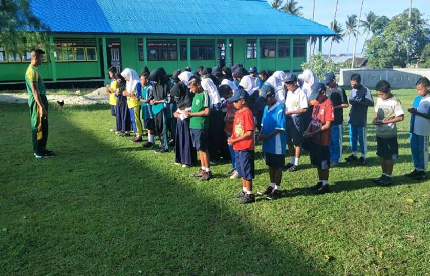 Prajurit Kostrad Mengajar di SMP Negeri Pulau Buru