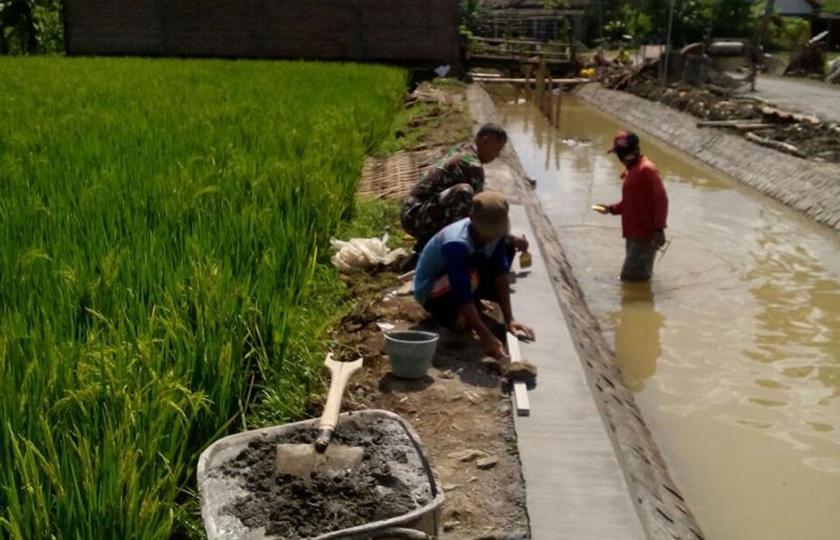 Babinsa Bersama Warga Perbaiki Saluran Irigasi di Tulungagung