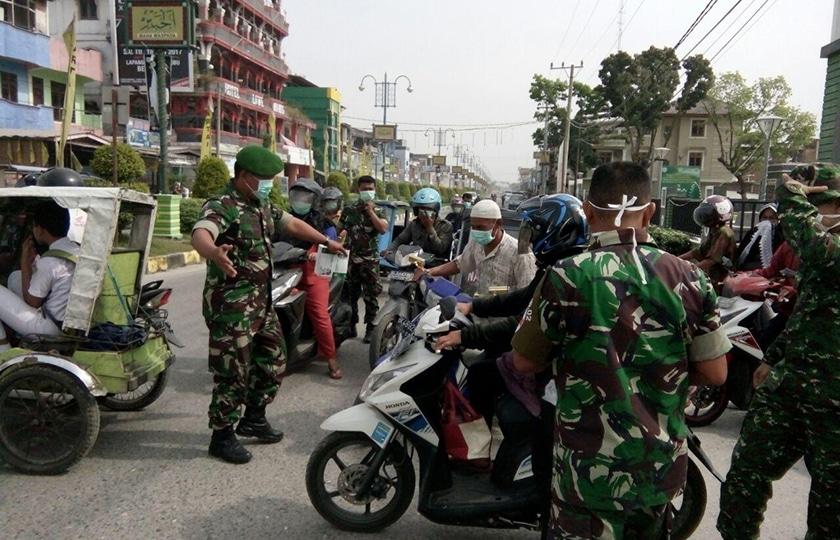 Antisipasi Abu Vulkanik Gunung Sinabung, TNI Bagikan 1000 Masker