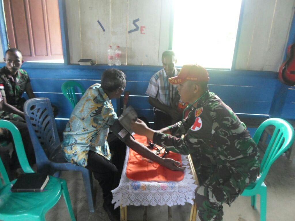 Prajurit Kostrad Adakan Pengobatan Gratis di Kampung Yowoong Jayapura