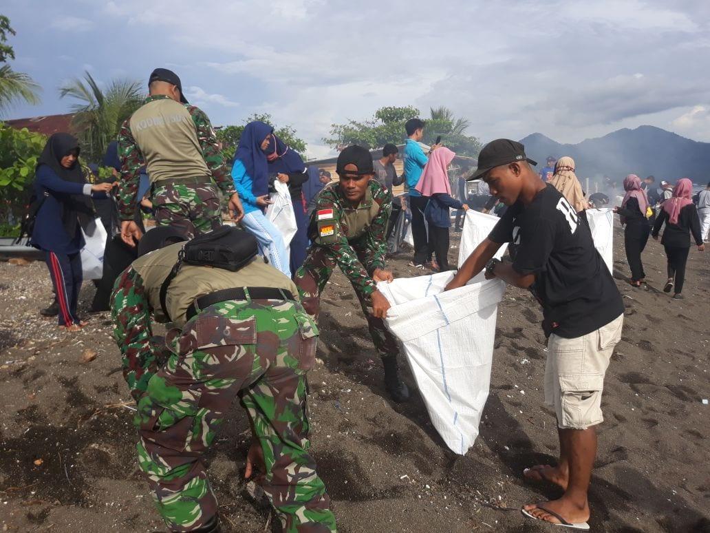 Gandeng Komunitas Sadar Sampah, Koramil Kota Ternate Bersihkan Pantai Kalumata