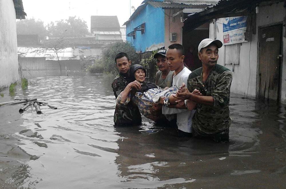 Personel TNI Siaga Banjir di Kabupaten Jombang