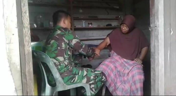 Punya Keahlian Pengobatan Tradisional, Prajurit TNI Obati Warga Aceh Barat