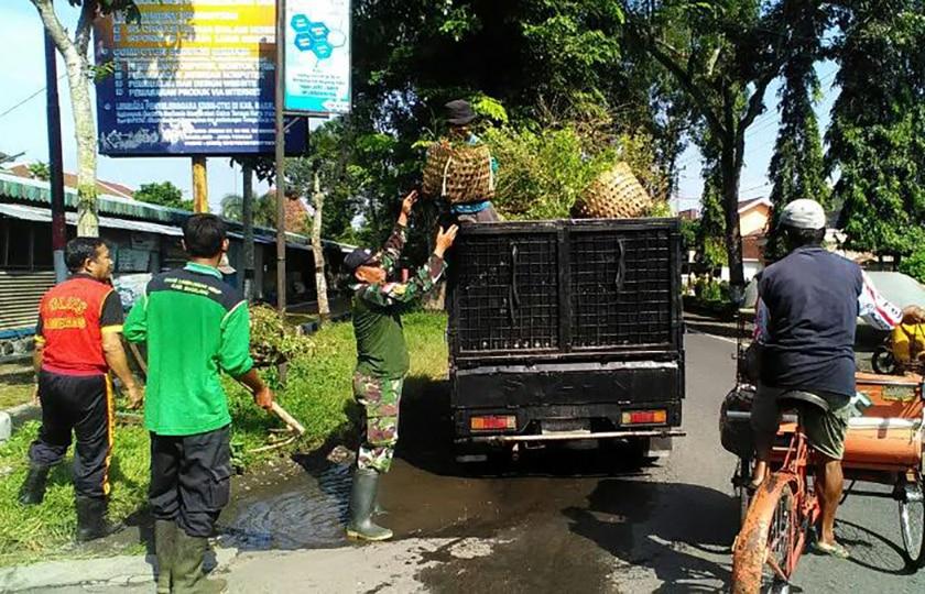 Prajurit TNI Ikut Grebeg Sampah di Pasar Borobudur