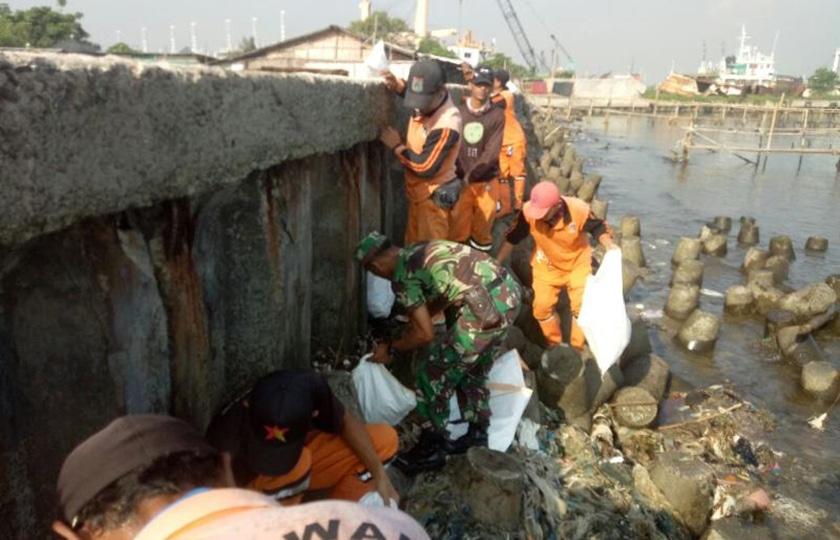 Babinsa Cilincing Ajak Warga Jaga Kebersihan Pantai