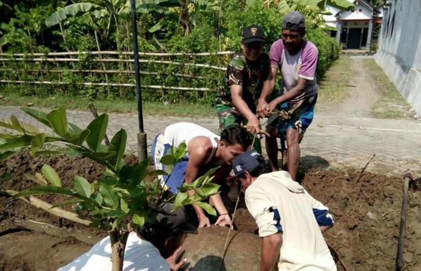 Babinsa Bersama Warga Gotong-Royong Bersihkan Saluran Irigasi