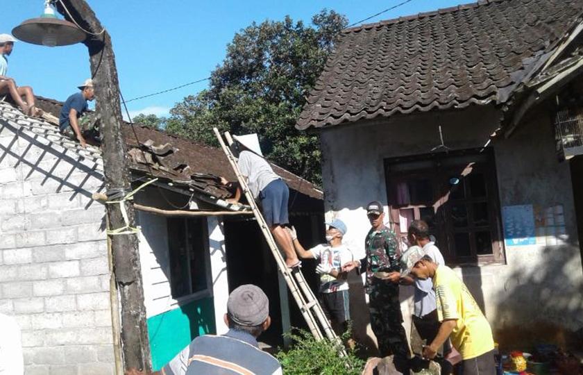 Babinsa Bandongan Ikut Benahi Atap Rumah Warga yang Rusak