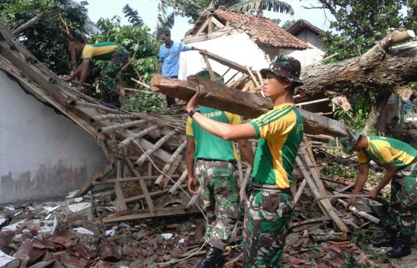 Yonif Raider 323 Kostrad Bantu Korban Angin Puting Beliung di Banjar