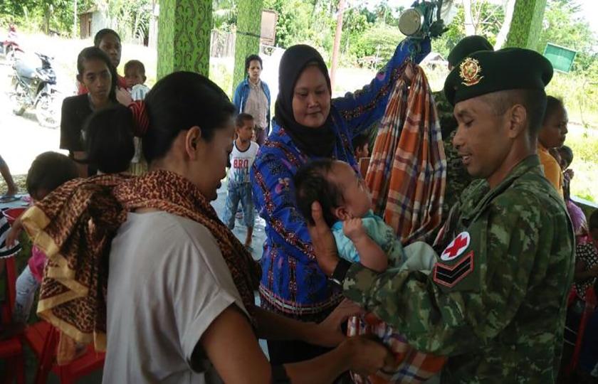 Satgas Yonif Para Raider 501/Kostrad Peduli Perkembangan Balita di Perbatasan