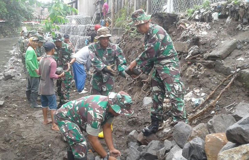 Kekompakan TNI dan Masyarakat Buat Talud di Bantaran Kali Gajah Wong