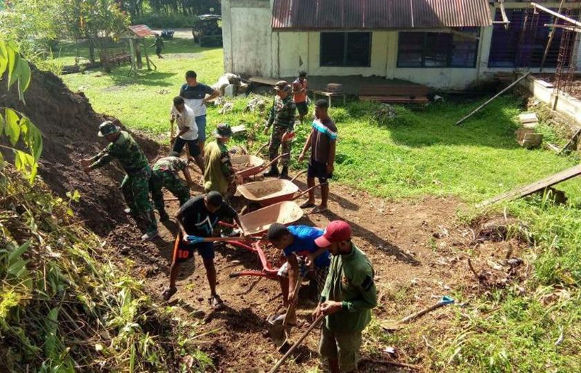 Kodim 1709/Yawa Bersama Masyarakat Kerja Bakti di Gereja GKI Betel Borai