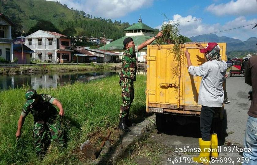 TNI Bersama Masyarakat Bersihkan Sungai Aliran Danau Lut Tawar