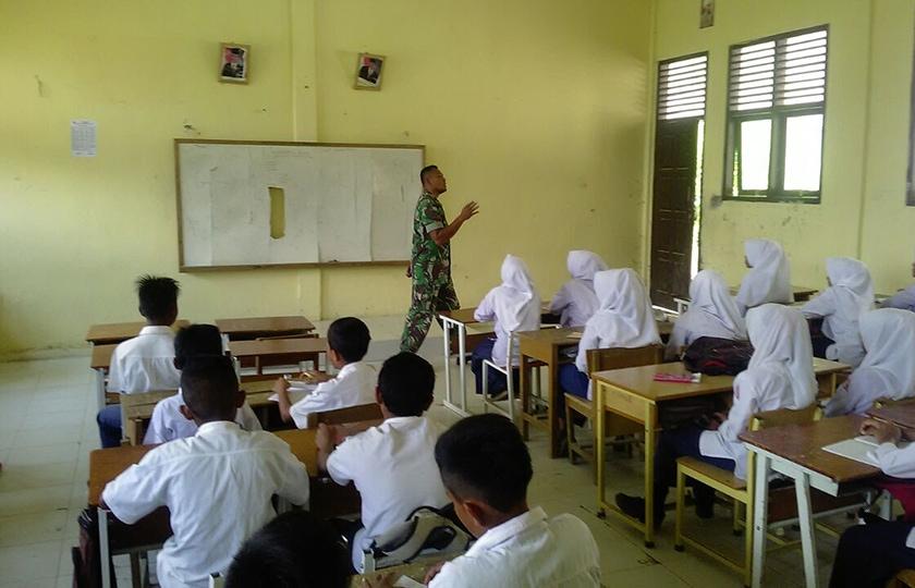Prajurit TNI Bantu Mengajar di Sekolah Dasar Pedalaman Nagan Raya
