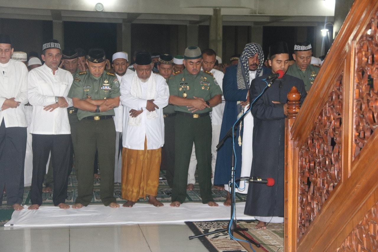 Pangdam IM Manunggal Subuh Berjamaah di Masjid Islamic Center
