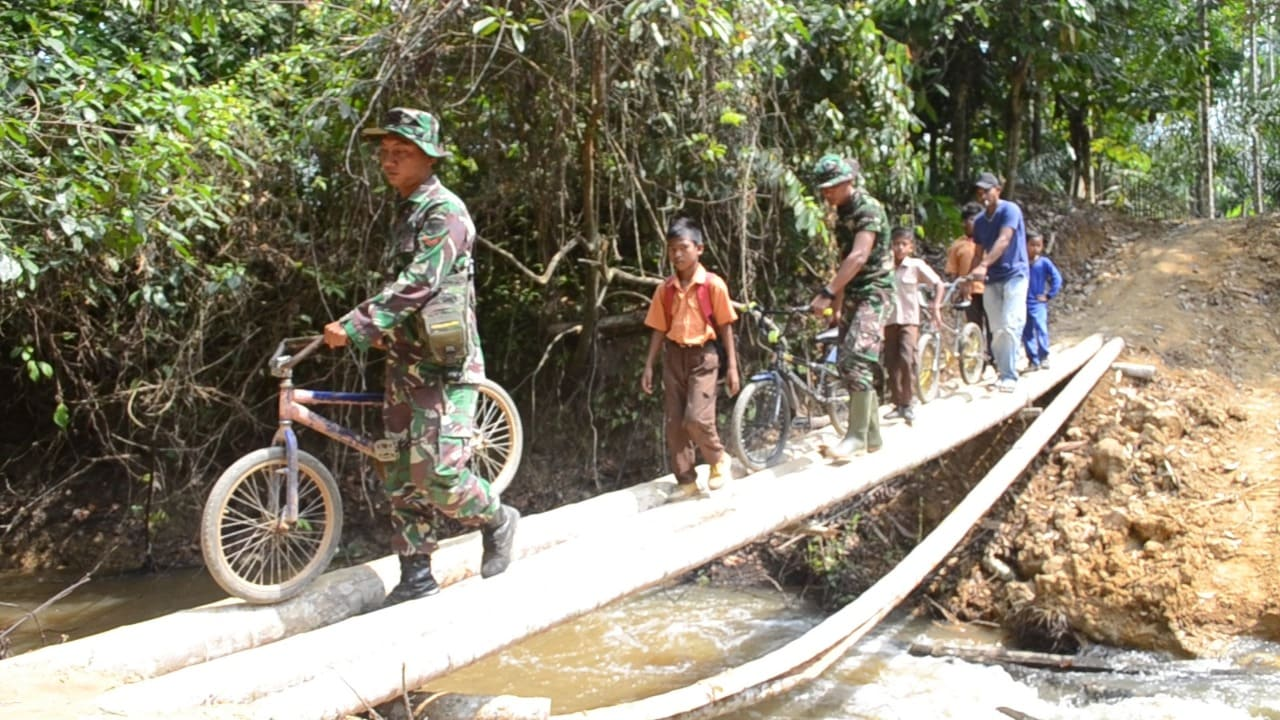 Satgas TMMD Bantu Pelajar Seberangi Jembatan Darurat