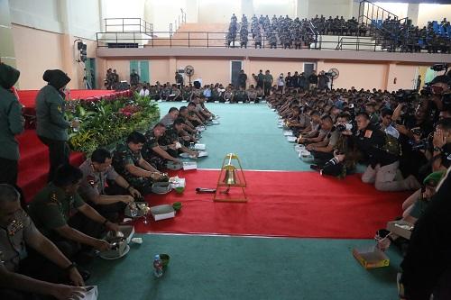 Panglima TNI, Kasad dan Kapolri Makan Siang Bersama Ribuan Prajurit