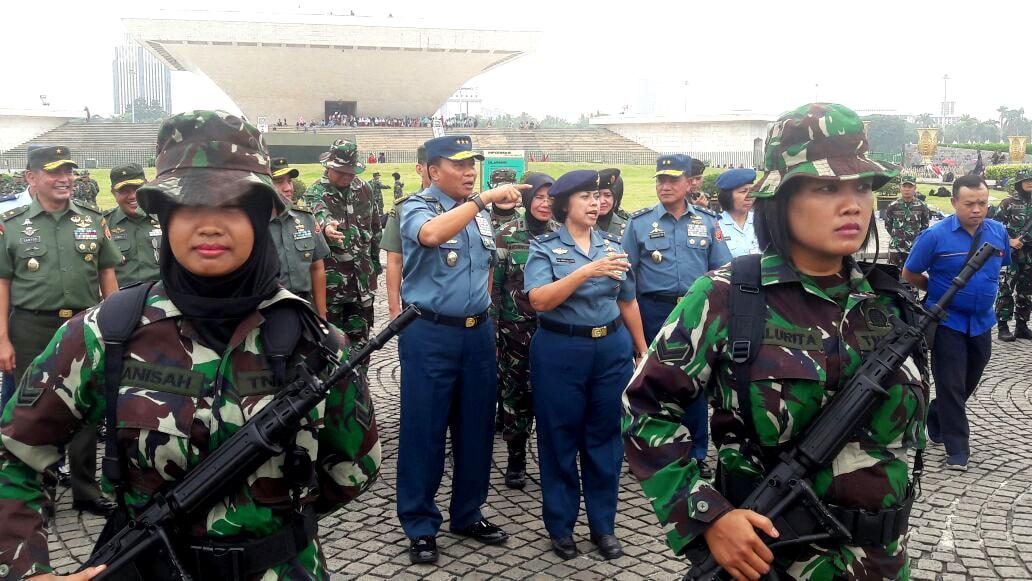 Kasum TNI Tinjau Gladi Apel Bersama Wanita TNI dan Polwan