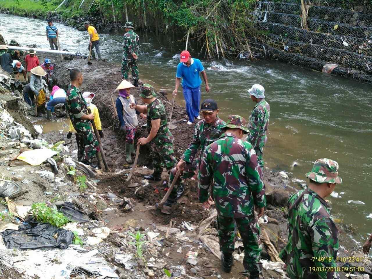 Bersihkan Sungai Gajah Wong, TNI Ajak Masyarakat Lestarikan Lingkungan