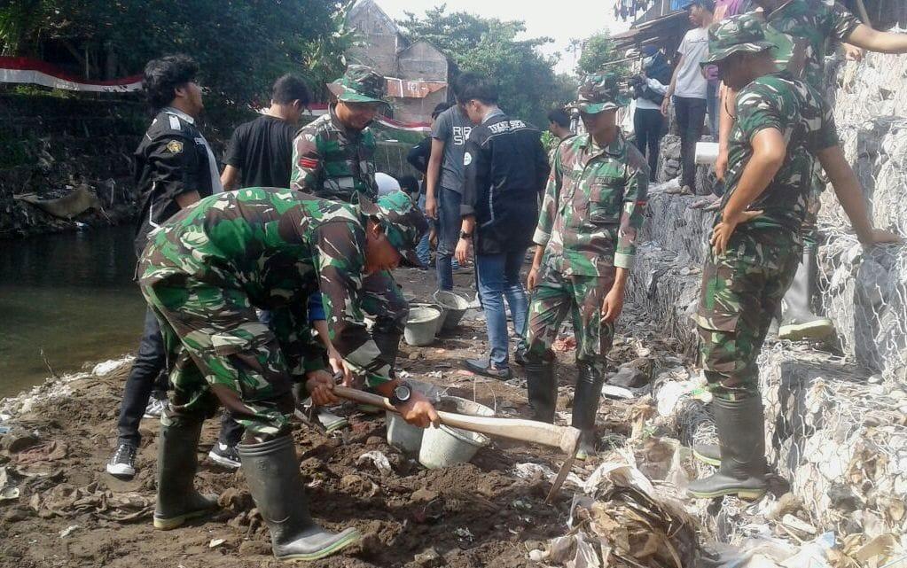 TNI, Mahasiswa dan Warga Bangun Talud Bronjong di Kelurahan Pandeyan