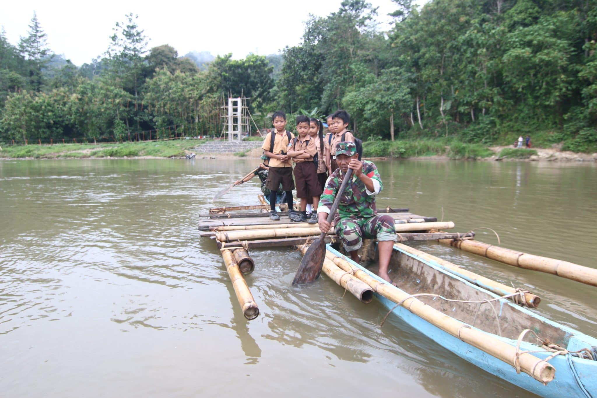 Aksi Prajurit TNI Seberangkan Anak Sekolah Dengan Rakit Bambu