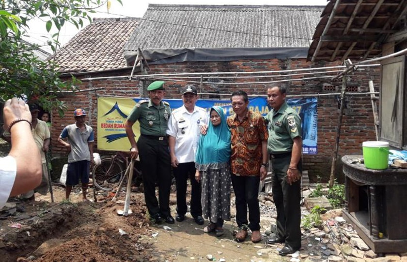 Koramil Balaraja Gandeng Elemen Masyarakat Bedah Rumah Nenek Yati