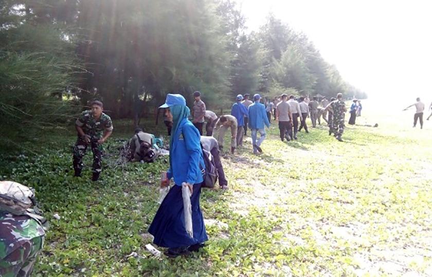 Kodim 0114/Aceh Jaya Ajak Masyarakat Peduli Kebersihan Pantai Kota Calang