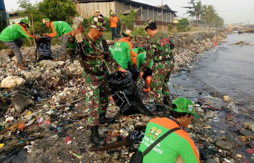 Babinsa Koramil Tanjung Priok Motori Karya Bakti Pembersihan Kali