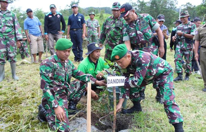 TNI Gelar Penghijauan di Lereng Gunung Marapi
