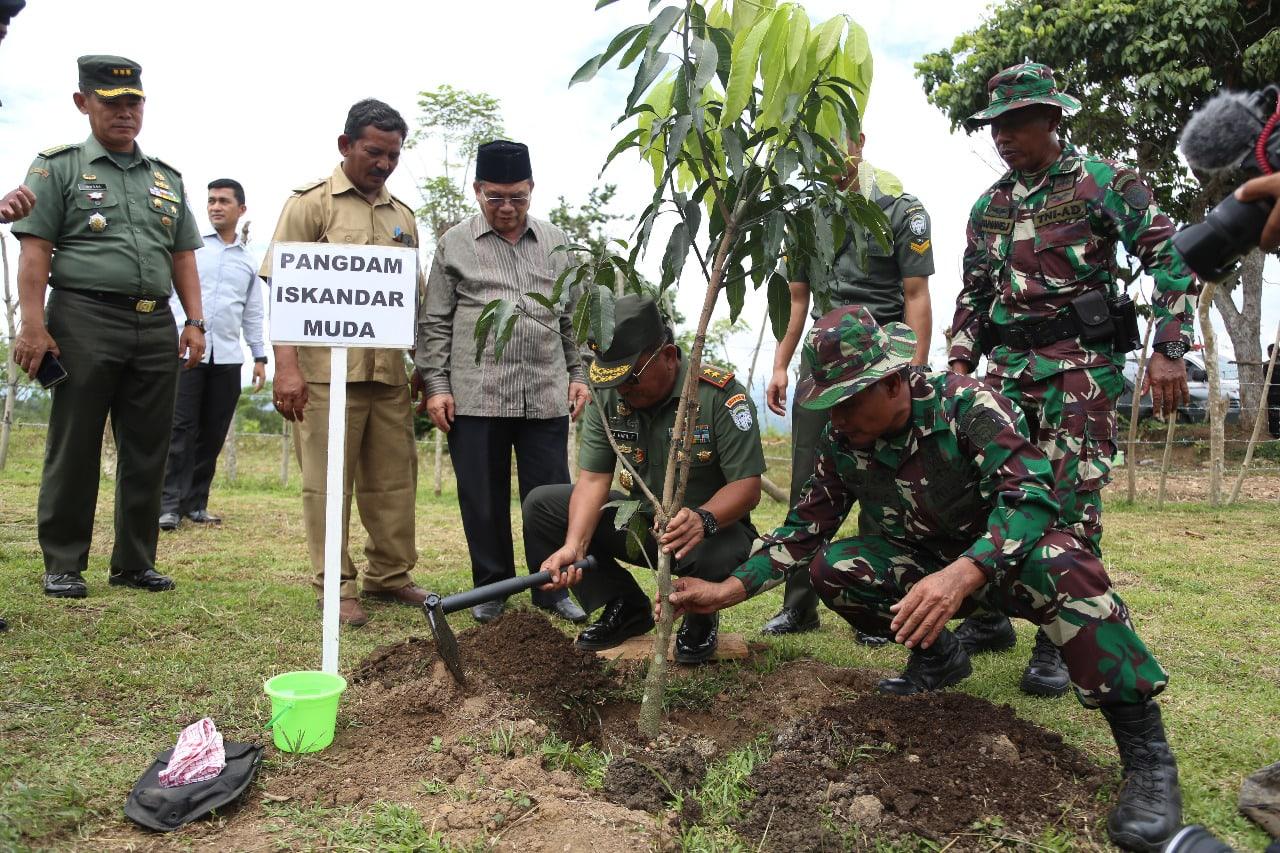 Penanaman Pohon Mangga Oleh Forkompimda Aceh Besar Dalam Program Penghijauan
