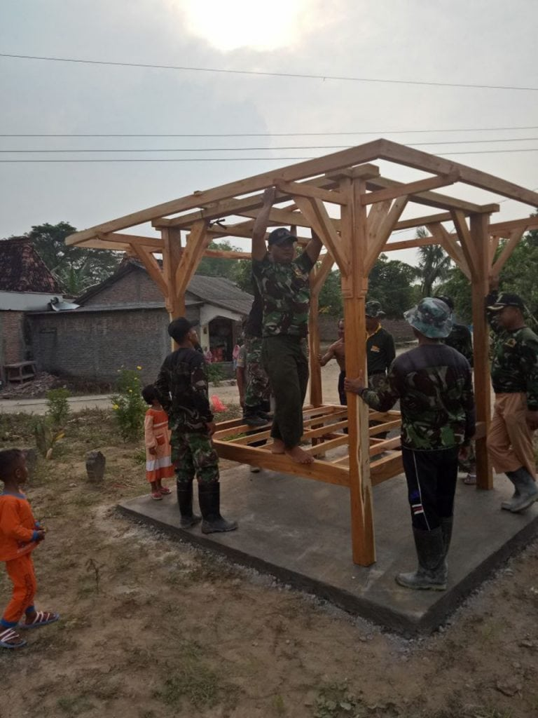 Galakan Kesadaran Keamanan, TMMD Sengkuyung Kodim Demak Bangun Poskamling di Desa Bogosari