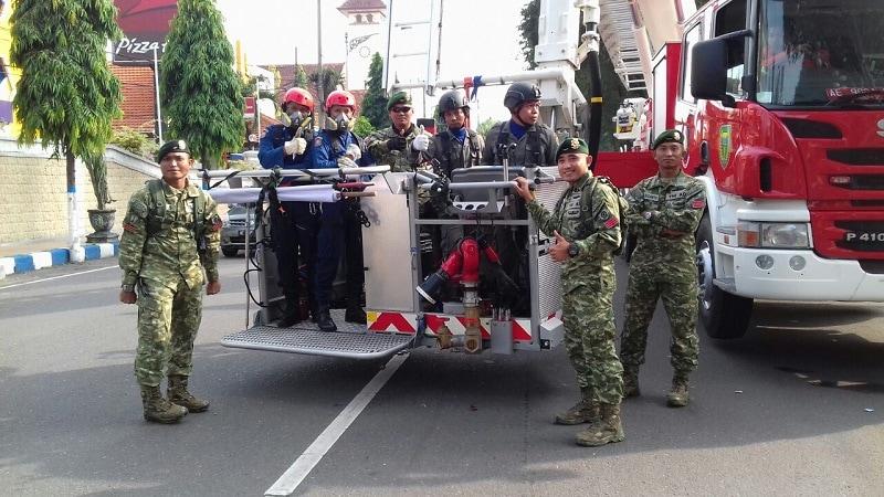 Sinergitas Anggota Yonif 501 Kostrad Dengan Damkar Madiun Melalui Pelatihan Demonstrasi