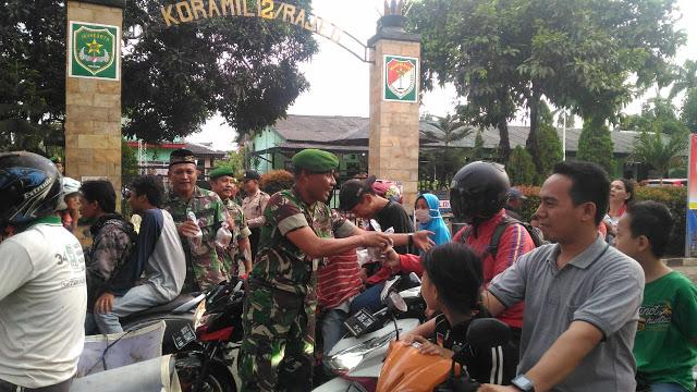 Anggota TNI-Polri Bagikan Takjil
